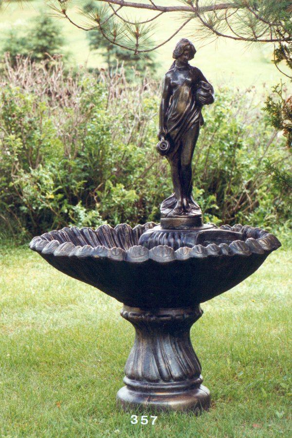 Fontaine coquille porteuse d'eau