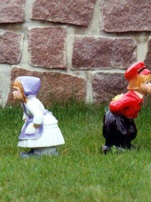 Statues de jardin de filles et garçons qui s'embrassent