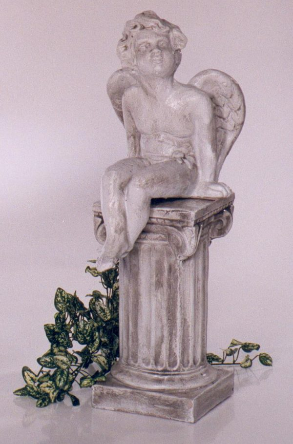 Statue de jardin d'ange assis sur une colonne