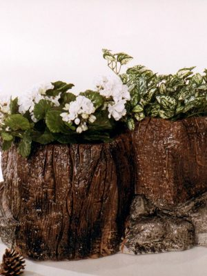Pot à fleurs en forme de bûche et tronc d'arbre