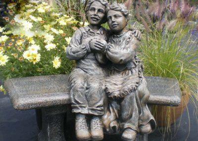 Statue d'un vieux couple en pierre