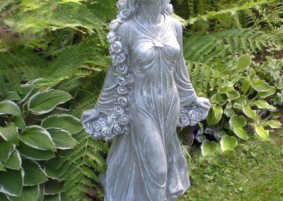 Statue d'une femme en pierre blance