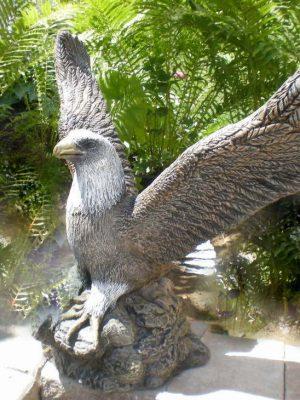 Statue de jardin d'aigle avec les ailes ouvertes