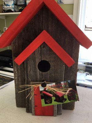 Cabane d'oiseau en bois avec toit rouge