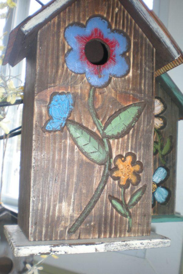 Cabane à oiseau avec dessin de fleur