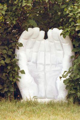 Grotte avec mains pour le jardin