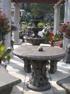 Table rond avec pied en anges