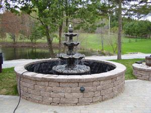 Fontaine avec bassin et lac