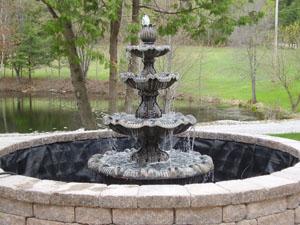 Grande fontaine avec bassin en pierres