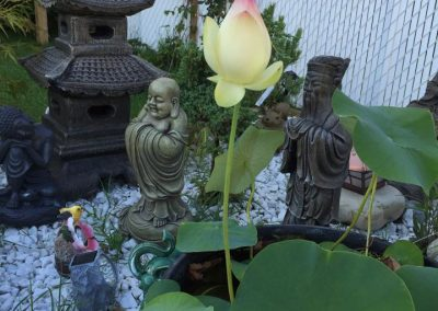 Figurines orientales, lanternes et tulipe