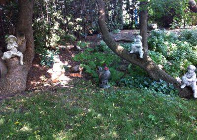 Sculptures de poule, cerfs et enfants
