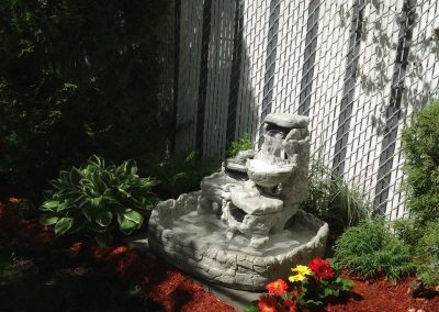 Petite fontaine de pierres avec multiples étages
