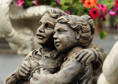 Sculpture de couple de personnes âgées
