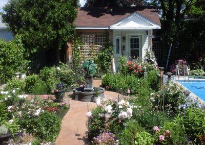 Cour avec pots de fleurs et fontaine
