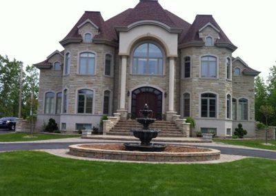 Devanture de maison avec grande fontaine