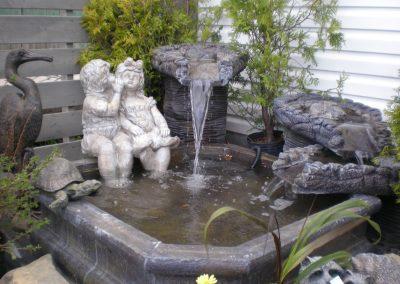 Fontaine avec enfants, grand héron et tortue