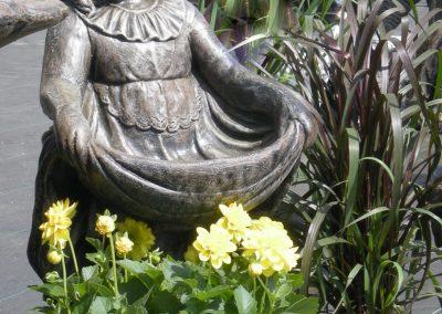 Pot de fleurs avec fillette