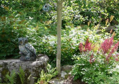 Sculpture de petit hibou sur une roche