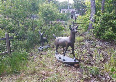 Sculptures de mère cerf et son petit