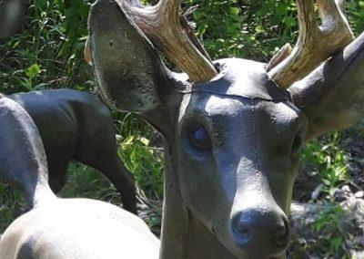 Sculpture de chevreuil avec bois