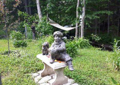 Banc avec enfant et écureuil