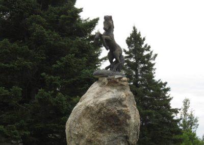 Sculpture de cheval sur rocher