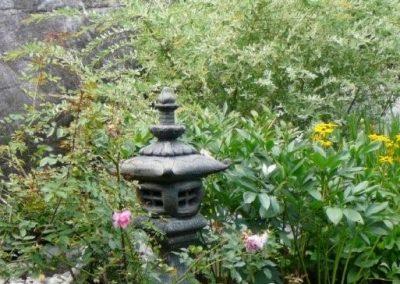 Lanterne carrée et fleurs