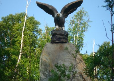 Sculpture d'sigle sur rocher