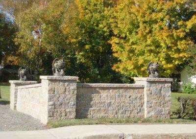 Trio de gargouilles sur colonnes