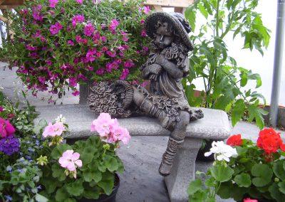 Banc avec statue d'enfant