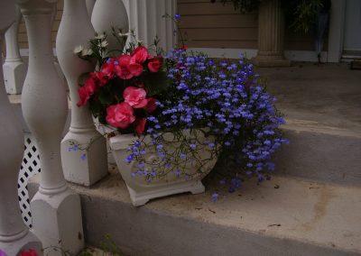 Pot de fleurs blanc avec balustrade