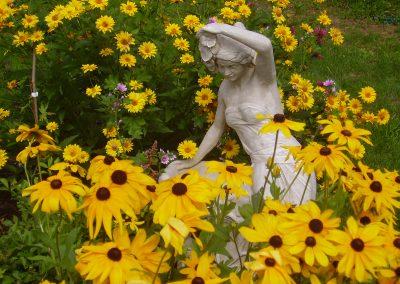 Statue de femme avec fleurs