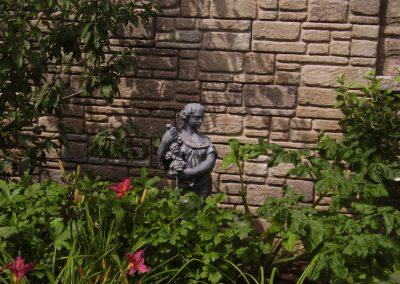 Jardin avec statue de femme et raisons