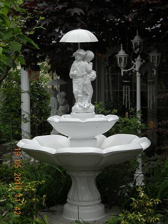 Fontaine blanche avec couple sous le parapluie