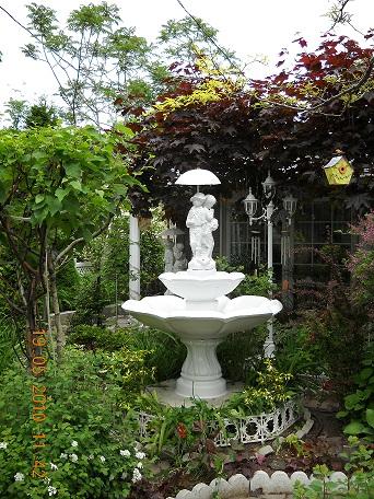 Fontaine blanche avec parapluie