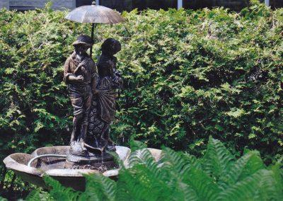 Fontaine de couple avec parapluie