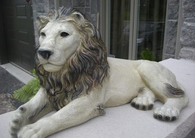 Sculpture de lion couché