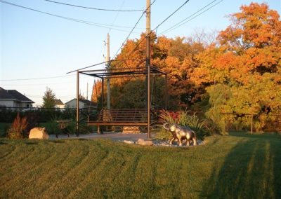 Petite sculpture d'éléphant et arbres d'automne