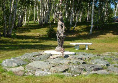 Statue de porteuse d'eau